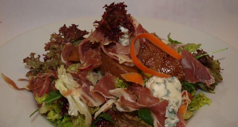 prosciutto šalát s pečenou hruškou a gorgonzolou